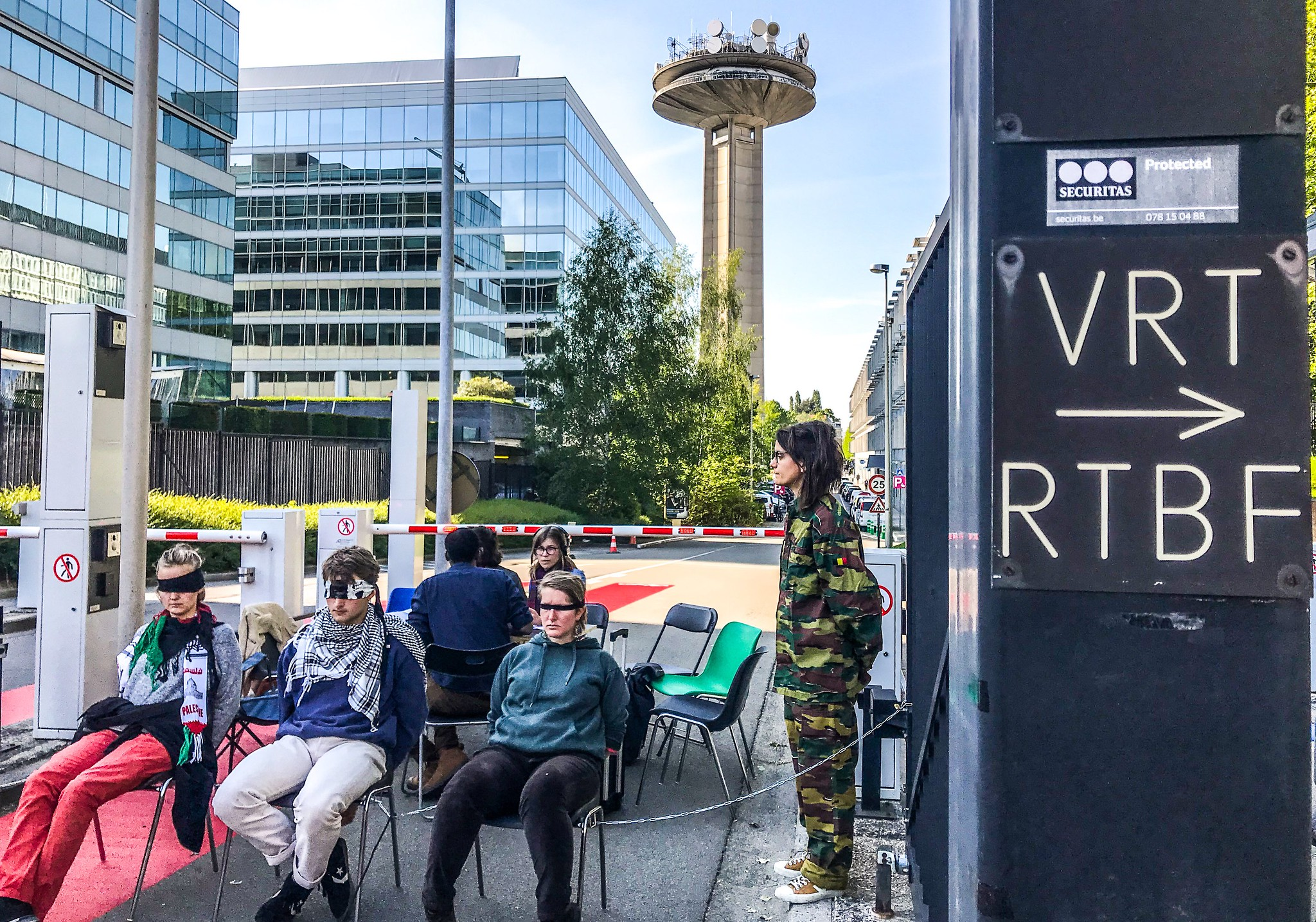 Activisten richten symbolische checkpoints op aan de VRT en RTBF uit protest tegen Eurovisiesongfestival in Israël